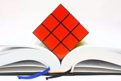 Rubiks Würfel auf geöffnetem Buch Lizenzfreies Stockbild