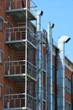 Rubin entlang der Fassade des Gebäudes Lizenzfreies Stockfoto