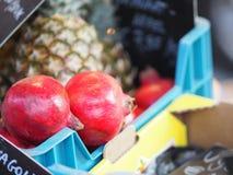 Rubin i ananas w koszu obrazy stock