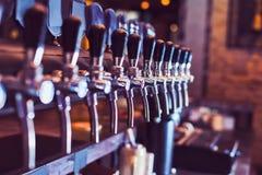 Rubinetti della birra dalla barra della birra fotografia stock libera da diritti