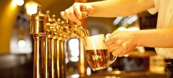 Rubinetti della birra dell'oro Fotografia Stock
