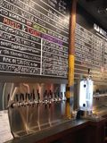 Rubinetti della birra e menu della fabbrica di birra immagine stock