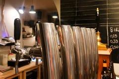Rubinetti della birra in un primo piano della barra Fotografie Stock