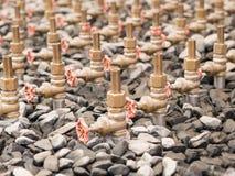 Rubinetti di acqua della corte della fontana, primo piano fra ghiaia Fotografia Stock Libera da Diritti