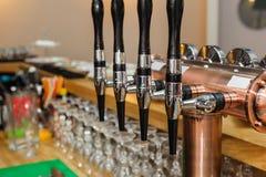 Rubinetti neri e d'argento della birra Immagini Stock Libere da Diritti