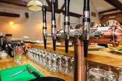 Rubinetti neri e d'argento della birra Immagine Stock