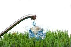 Rubinetto all'aperto con il concetto del globo degli elementi di conservazione dell'acqua ammobiliati dalla NASA isolata su bianc Fotografia Stock