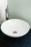 Rubinetto ceramico bianco del cromo del bacino moderno del lavandino del bagno pulito Fotografie Stock