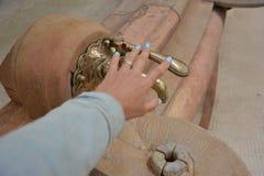 Rubinetto d'annata con una fonte di acqua minerale e di mano delle donne fotografia stock libera da diritti