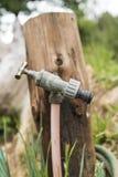 Rubinetto del giardino che mostra una singola goccia Fotografie Stock Libere da Diritti