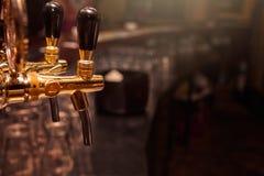 Rubinetto della birra nella barra immagine stock