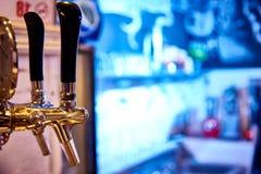 Rubinetto della birra su un fondo luminoso con bokeh Copi lo spazio immagine stock libera da diritti