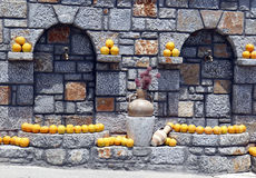 Rubinetto della via, arance della decorazione e amphorae Immagini Stock