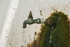 Rubinetto di acqua di rubinetto corrente stagionato obsoleto fotografia stock