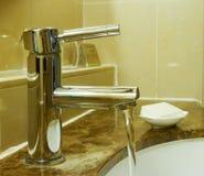Rubinetto di acqua in hotel Fotografia Stock Libera da Diritti