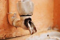 Rubinetto di acqua rotto con le gocce di acqua immagini stock libere da diritti
