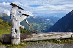 Rubinetto di acqua in un ceppo di legno all'alta strada alpina di Grossglockner, A Fotografia Stock Libera da Diritti
