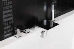 Rubinetto di miscelatore del bacino, miscelatore della doccia del bagno, rubinetto della cascata e testa di doccia dal lato della Fotografia Stock
