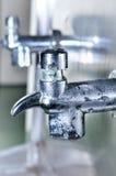 Rubinetto e goccia di acqua pubblici Fotografia Stock