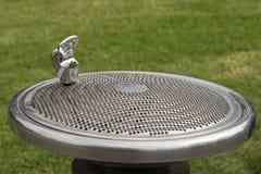 Rubinetto libero della fontanella del pubblico, vasca di gorgogliamento dell'acqua, se a Th fotografia stock