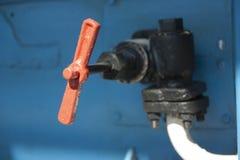 Rubinetto rosso sul tubo Fotografia Stock Libera da Diritti