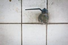 Rubinetto sulla pietra per lastricare bianca Fotografia Stock Libera da Diritti