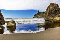Rubinu Plażowego odbicia Seastacks Olimpijski park narodowy Waszyngton obrazy royalty free