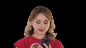 Rubio bonito de pensamiento enviando un texto en su tel?fono, Alpha Channel metrajes