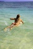 Rubio en bikini con la tabla hawaiana Fotografía de archivo