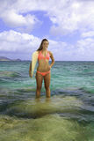 Rubio en bikini con la tabla hawaiana Foto de archivo libre de regalías