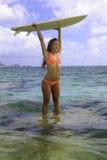 Rubio en bikini con la tabla hawaiana Fotos de archivo