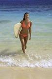 Rubio en bikini con la tabla hawaiana Foto de archivo