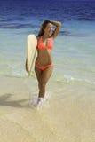 Rubio en bikini con la tabla hawaiana Fotos de archivo libres de regalías