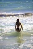 Rubio en bikini con la tabla hawaiana Imágenes de archivo libres de regalías