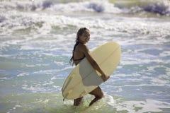Rubio en bikini con la tabla hawaiana Imagen de archivo libre de regalías