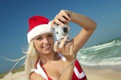 Rubio en el juego de Papá Noel con la cámara Foto de archivo libre de regalías