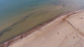 Rubio en un vestido azul camina en el agua en la playa del mar Báltico, temprano por la mañana D?a asoleado almacen de video