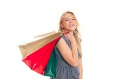 Rubio encantador con los bolsos de compras foto de archivo
