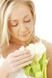 Rubio encantador con los tulipanes blancos Imagen de archivo libre de regalías
