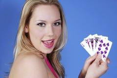 Rubio hermoso con las tarjetas del póker Imágenes de archivo libres de regalías