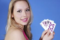 Rubio hermoso con las tarjetas del póker Foto de archivo