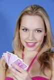 Rubio hermoso con las tarjetas del póker Imagen de archivo