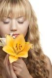 Rubio joven con las flores del lirio blanco Imágenes de archivo libres de regalías