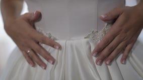 Rubio joven en alineada de boda La mano toca el vestido Mujer bonita y bien arreglada almacen de metraje de vídeo
