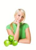 Rubio joven fresco con las manzanas verdes frescas. Imagenes de archivo