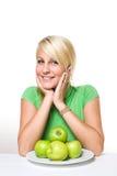 Rubio joven fresco con las manzanas verdes frescas. Imagen de archivo libre de regalías
