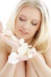 Rubio precioso en balneario con los pétalos color de rosa blancos Imagen de archivo