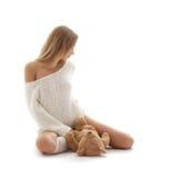 Rubio precioso en el suéter blanco con el oso de peluche Imágenes de archivo libres de regalías