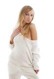 Rubio precioso en los pantalones y el suéter de lino blancos Fotos de archivo