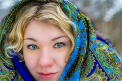 Rubio ruso de la muchacha vestido con el pañuelo Imagenes de archivo